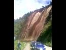 Masivo Deslizamiento de Tierra se registró esta tarde en una carretera de Guaranda, Bolivar. No se reportaron lesionados.