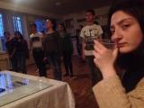 Софи пьет тонику, а другие делают выпускной