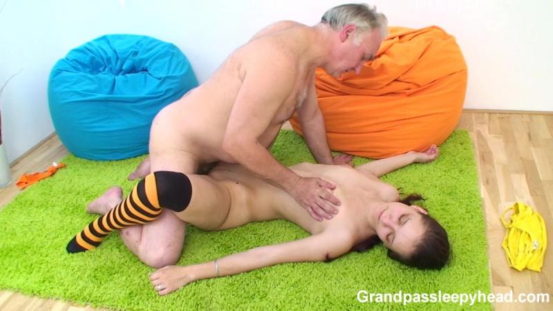 Спящие внучки порно