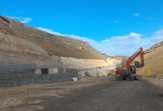 В Малокарачаевском районе активными темпами ведется строительство автодороги до Медовых водопадов
