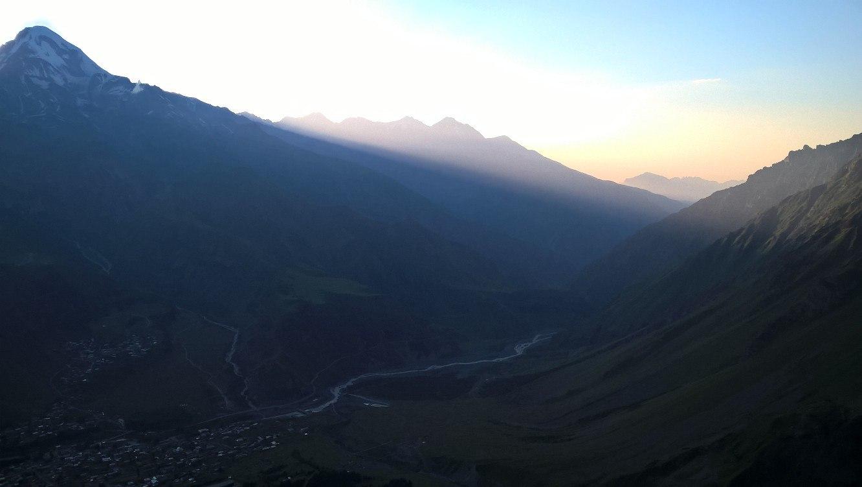гора Казбек на закате Солнца