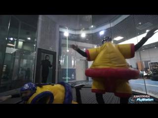 Толстяки в костюмах сбивают друг друга с ног в аэротрубе FlyStation