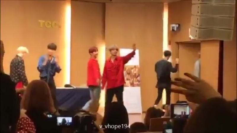 Touching Taehyung's chest for no reason? i see you hoseok 😍😉👀 vhope
