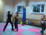 Тренировка по Ушу. Отработка в паре удара ногой сбоку и локтевой защиты
