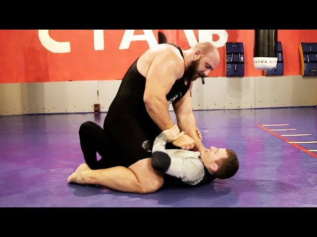 Огромный качок 150 kg против борца 60 kg Giant powerlifter VS little wrestler