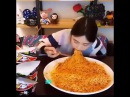 Ты не ты, когда голоден девушка за раз съела огромную порцию лапши