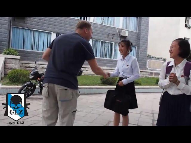 Corea del Norte - Pyongyang - Turistas intentado hablan con los ciudadanos