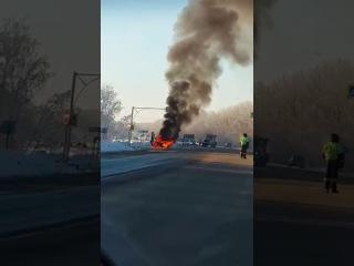 Горит автомобиль на трассе под Омском (19.01.2017)