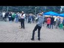Мужик шикарно танцует на день города в Ставрополе