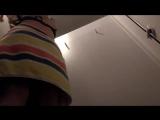 Девушка переодевается в раздевалке