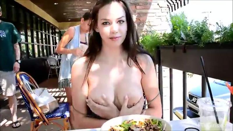 Во времмя обеда показала грудь при всех публично на людях порно секс эротика малолетка девушка
