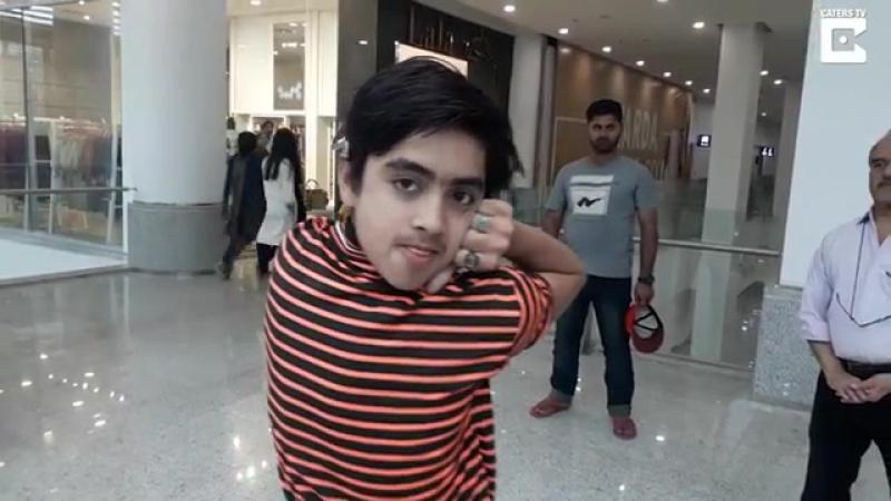 Божий дар: пакистанский мальчик поворачивает голову на 180 градусов