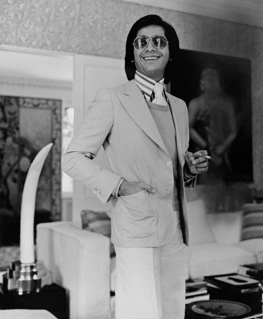 Итальянский кутюрье Валентино в своей гостиной, 1974 г.