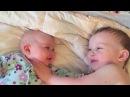 Этот малыш знает, как успокоить свою младшую сестру, когда она начинает плакать