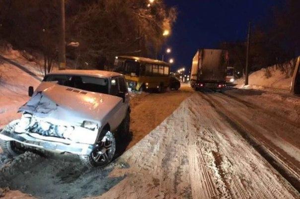 В Самаре на улице Земеца столкнулись маршрутный автобус ПАЗ и «Нива».