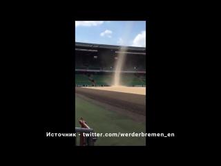 Пыльный вихрь на стадиона  футбольного клуба Вердер (Германия, 06.06.2017)