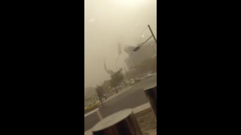 Сильный ветер сорвал крышу здания в Бухаре ( Узбекистан, 17.10.2017)