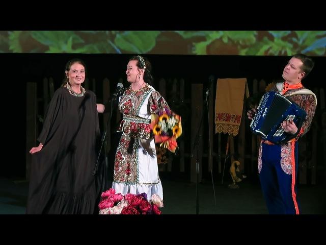 Мария Некалина поздравляет Людмилу Зайцеву