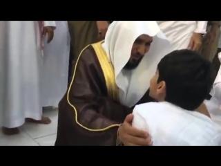 Имам мечети в Мекке ждет ребенка-инвалида пока тот завершит намаз, чтобы приветствовать его