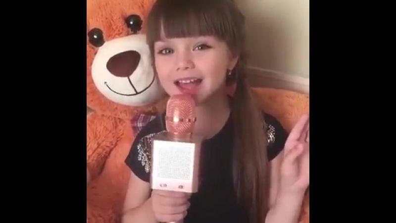 Маленькая девочка поет песню 'Между нами любовь'.mp4