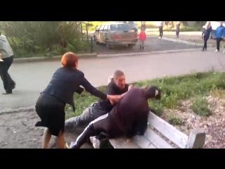 Пьяная тёлка бьёт мужика с ноги и женщину с ребёнком! Приколы до слез