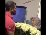 Сын подарил маме огромный букет цветов