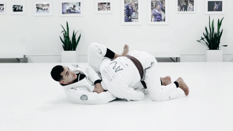 LOOP CHOKE WHEN YOUR OPPONENT ATTACKS THE OVERUNDER PASS
