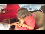 Дети играют в доктора - Доктор Паша лечит ляльку: ставит укол, капает в носик, меряет температуру и