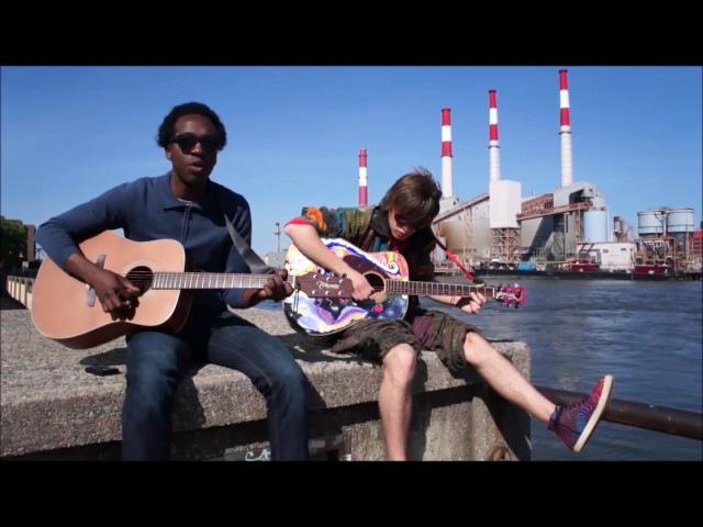 В Нью-Йорке уличный музыкант поет русский рок.