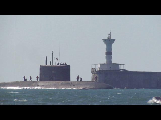Субмарина заходит в бухту Севастополя 24.06.17
