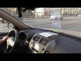 Подглядим за инструктором как вращать руль в городе.