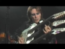Виртуоз Steve Vai играет на гитаре с тройным грифом