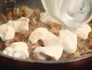 Мужская еда. Свиная корейка на крутонах из слоеного теста и лисички со сливочным соусом
