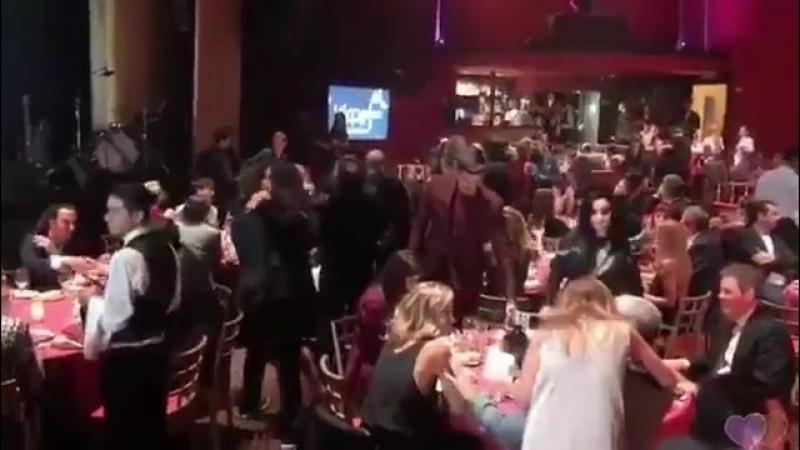 Un intenso pero intenso abrazo de Malu y pabloalboran en la cena de nominados de Los40MusicAwards.