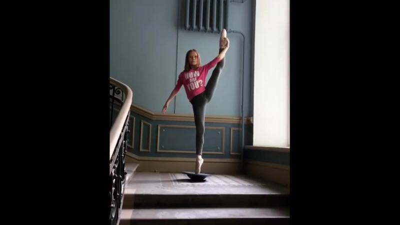 Воспитанница Академии Русского балета имени А.Я.Вагановой Яна Черепанова с упражнением на баланс 👏👏👏