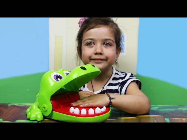 Играем вместе с Эмилюшей в Стоматолога: Лечим зубастому крокодилу Кроки зубки. Видео для детей