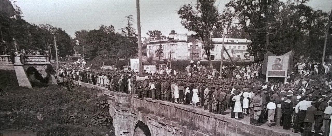 Гатчина. 1 июля 1945 г. Жители города встречают войска Ленинградского фронта на Львином мосту.