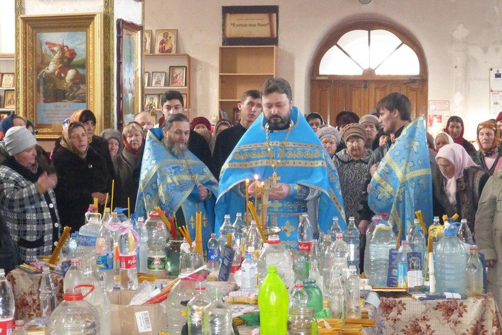 В Петропавловском храме станицы Зеленчукской совершили чин освящения свечей