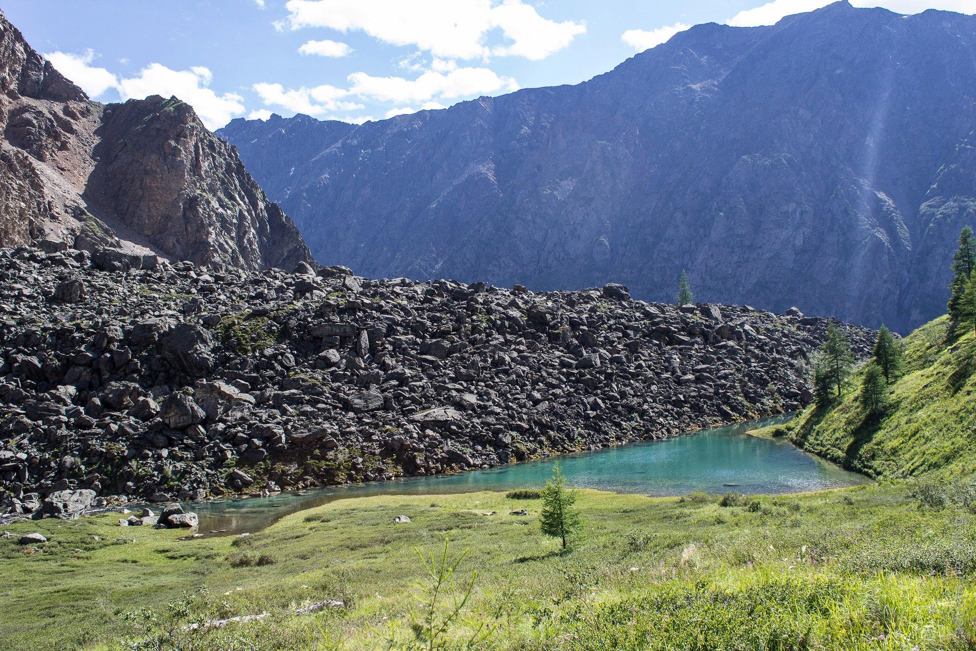 Озерцо на подъеме к Нижнему Шавлинскому перевалу