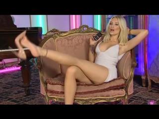 Божественные ножки милой блондинки