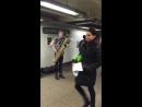 Музыканты в метро Нью-Йорка! Прикольно! Танцуют и импровизируют.