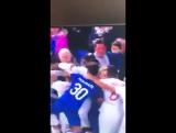 Болельщик «Эвертона» вступил в драку на стадионе с ребёнком на руках