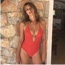 52-летняя Элизабет Херли похвасталась стройной фигурой в красном купальнике из собственной…