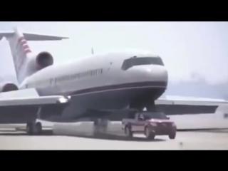 Водитель поставил свою машину вместо шасси самолета