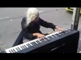 Бабушка играет на уличном пианино