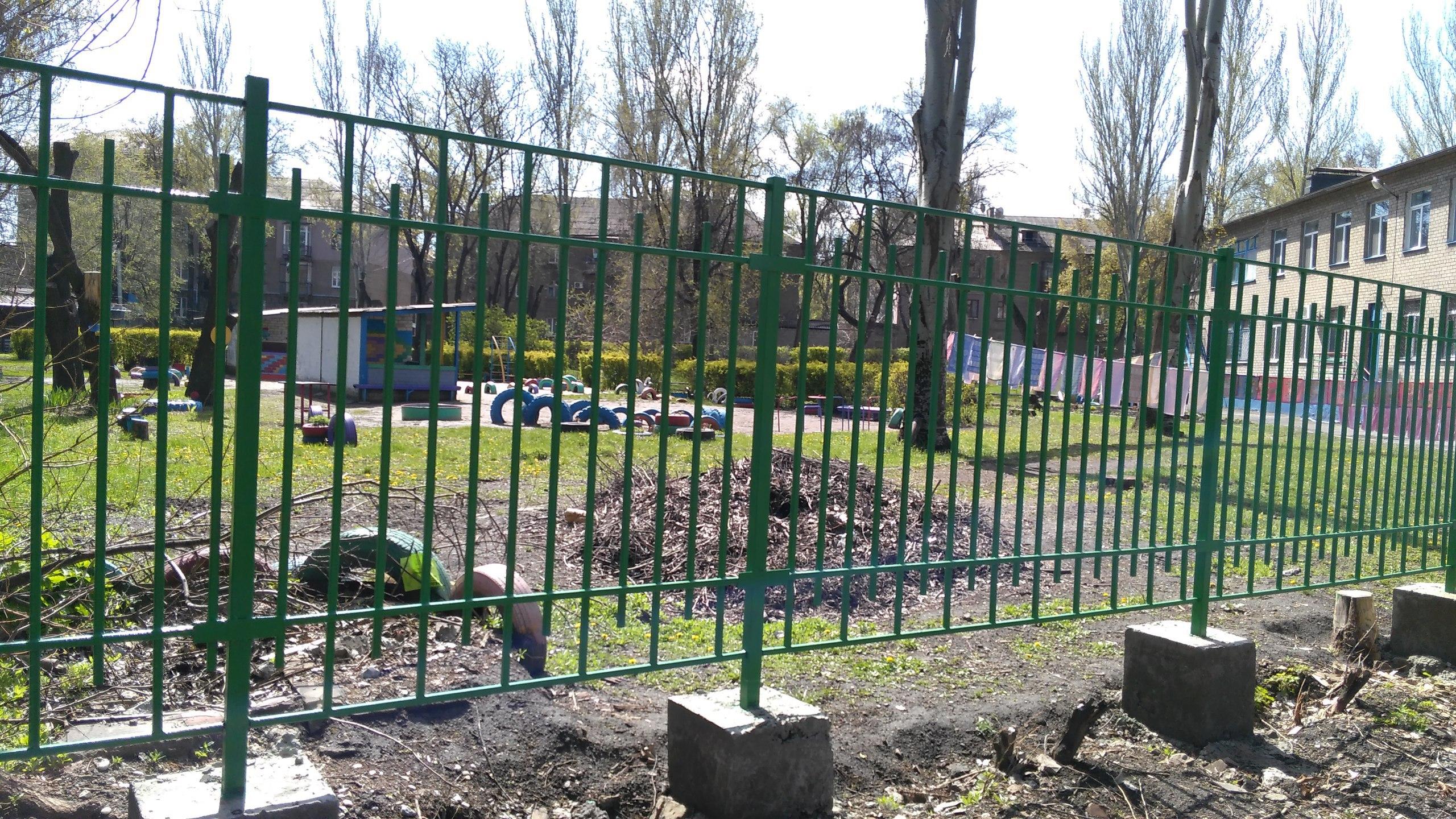 Вокруг запорожского садика, ограждённого колючей проволокой появился забор (ФОТО-ВИДЕО)