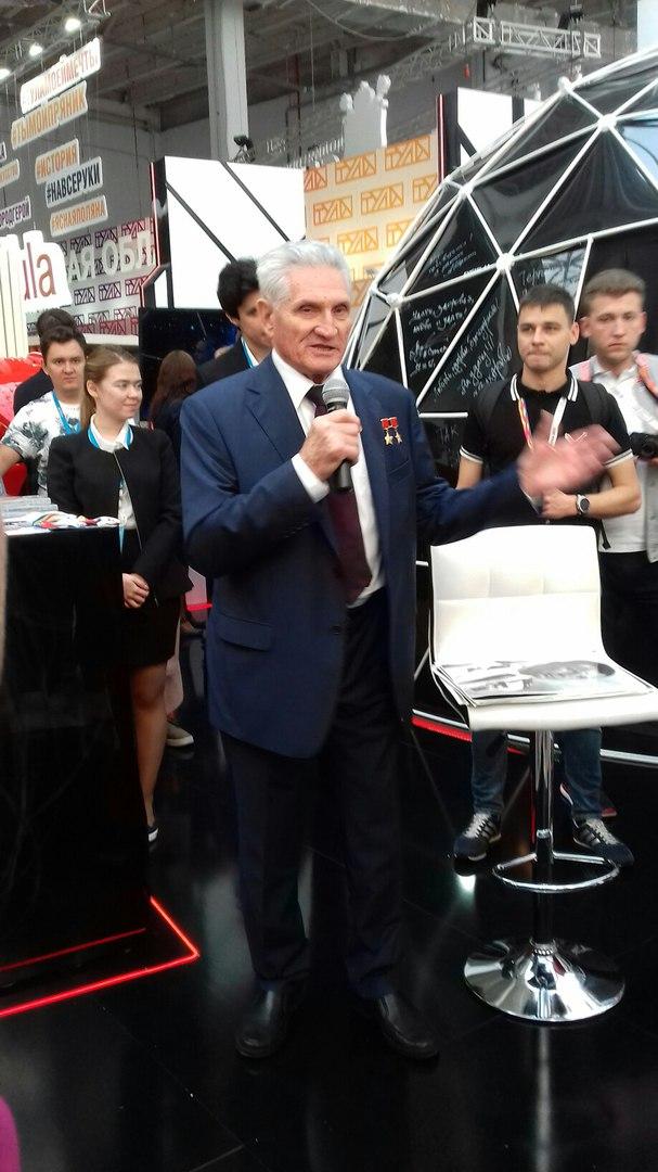 Сегодня проходит встреча с летчиком-космонавтом Борисом Волыновым