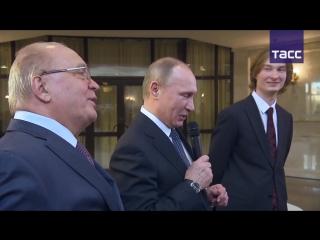 Владимир Путин спел под гитару со студентами МГУ