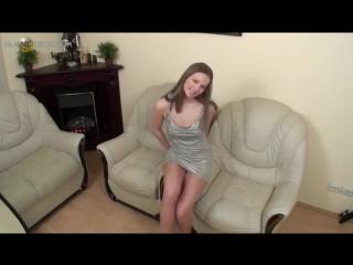 Секретарша снимает платье