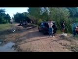 В Саратовской области к приезду губернатора Валерия Радаева дорожники в спешке заасфальтировали дорогу прямо на грязь.